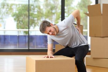 Mann mit Rückenmschmerz