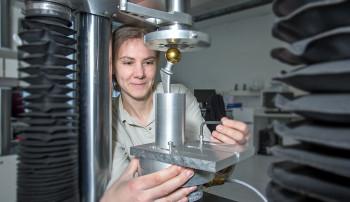 Innoproof GmbH, 06.04.2016, RIGZ; Dr. Carmen Zietz am Prüfstand
